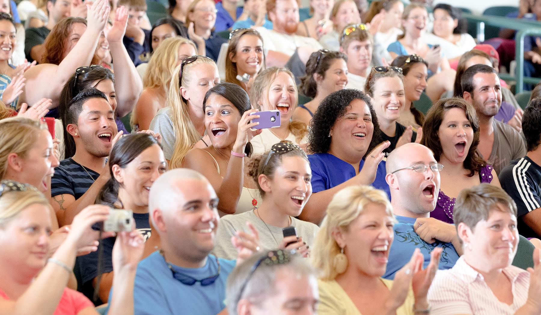 tryllekunstner-underholdning-latter-publikum-magisk